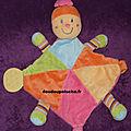 Doudou tortue mots d'enfants losange attache sucette, bleu vert orange rose www.doudoupeluche.fr
