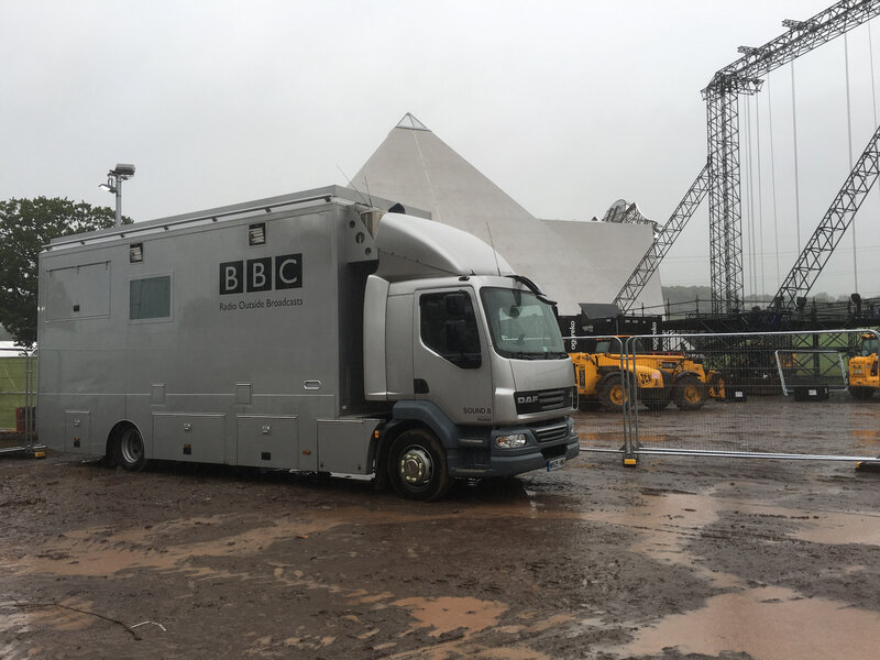 Glastonbury_festival_2016_BBC_Pyramid Stage_truck_backstage