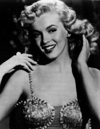 Marilyn à l'époque des Reines du Music Hall, toute blondeur dehors