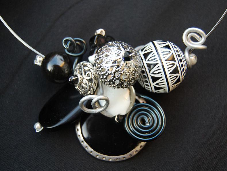 collier tour de cou noir et blanc, impressions marocaines