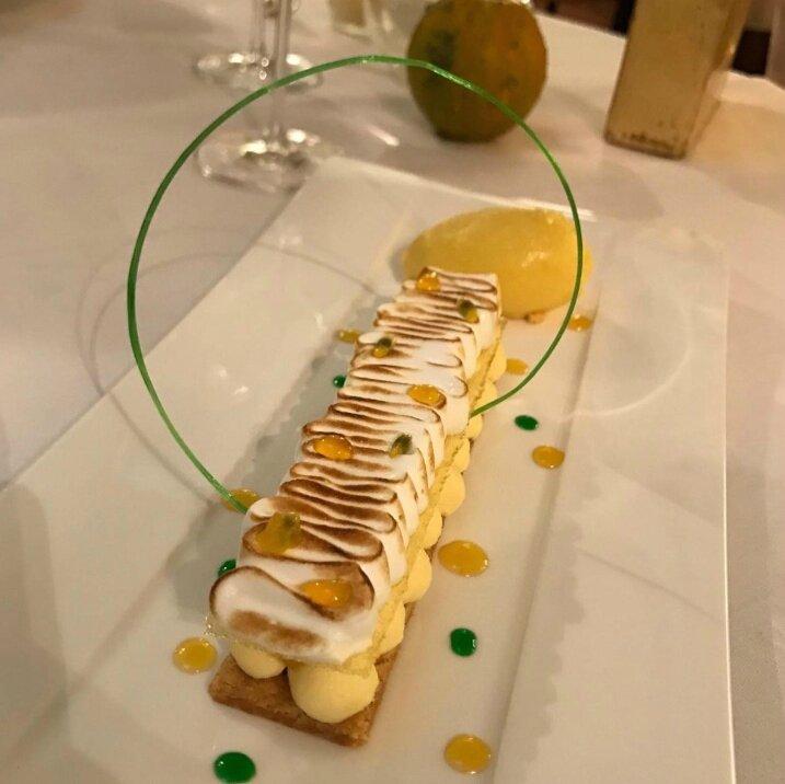 La contrefaçon d'une tarte à l'ananas, fine meringue acidulée, sorbet Pina Colada (2)
