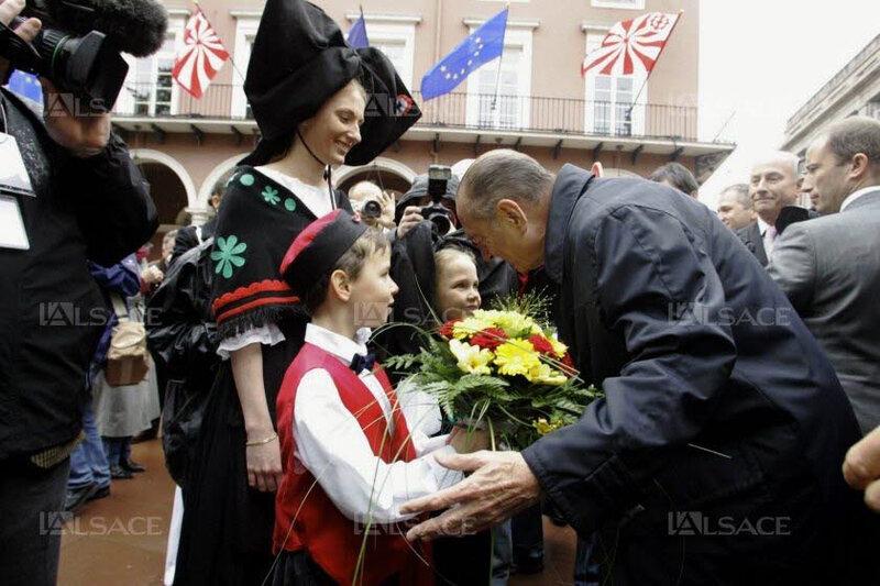 le-president-jacques-chirac-a-mulhouse-le-20-mai-2006-avec-des-petits-alsaciens-lors-de-l-inauguration-du-tramway-archives-l-alsace-1569499062