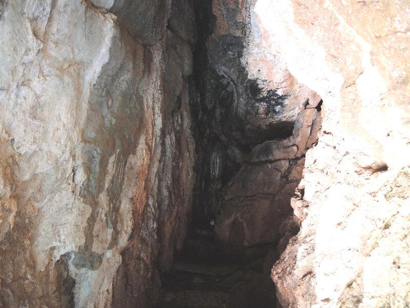 B) Grotte du Saint-qui-sue, le saint au fond (64)