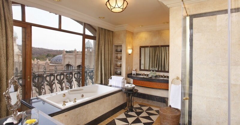 palace-king-suite-2nd-bathroom-0962