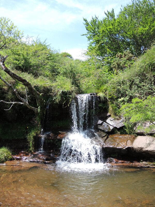 I) Penas d'Itxusi, cascade Regata de Itsusi et vasque
