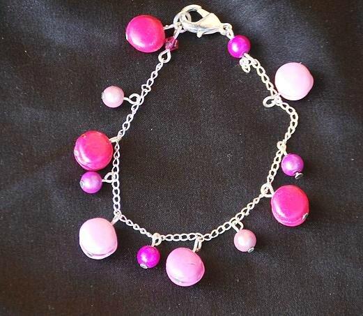 bracelet breloques minis macarons roses 12 euros