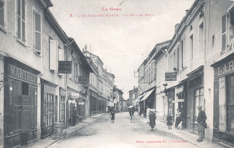 rue de metz aujourdh 39 ui rue du cdt parisot carte postale anciennes de l 39 isle jourdain gers. Black Bedroom Furniture Sets. Home Design Ideas