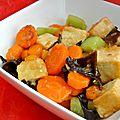 Wok de tofu, carottes et concombre