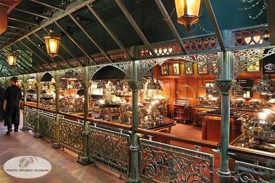LES_GRANDS_BUFFETS_a_NARBONNE_ambiance_couloir_separant_les_buffets_et_les_salles_du_restaurant