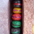 boîte miniature avec mes macarons fimo