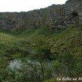 Au fond d'Asbyrgi, un petit lac et une cascade.