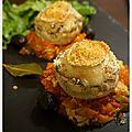 Champignons farcis & gratinés au chèvre sur lit de sauce tomate-poivrons