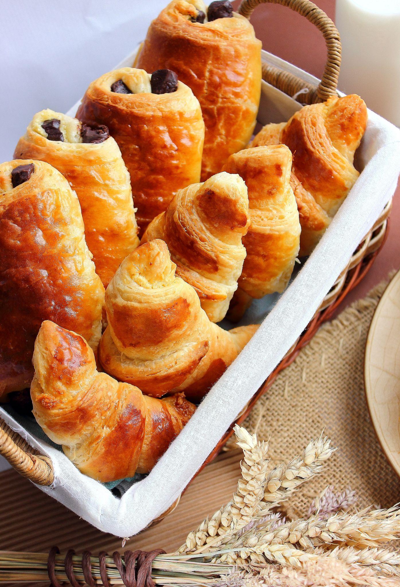Viennoiseries Pains Au Chocolat Croissants Fourres Aux Amandes