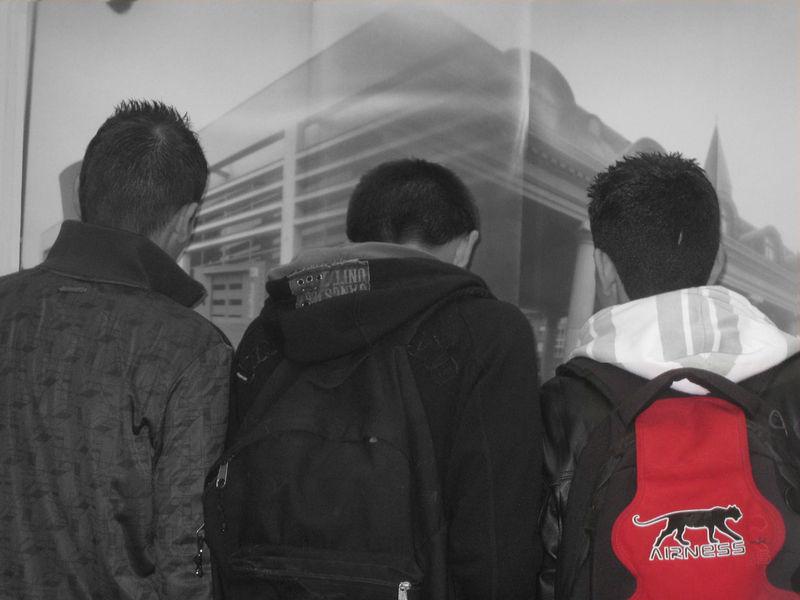 jeunes_en_gris_sac_rouge