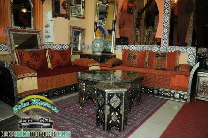 Salon marocain traditionnel / des tables, des coins et des ...