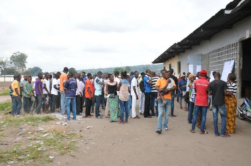 engouement devant un bureau de vote