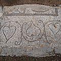 grèce delphes mozaique au sol des feuilles en coeur