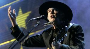 neil_young_performs_during_the_20th_anniversary_farm_aid_concert_in_tinley_park_illinois_159