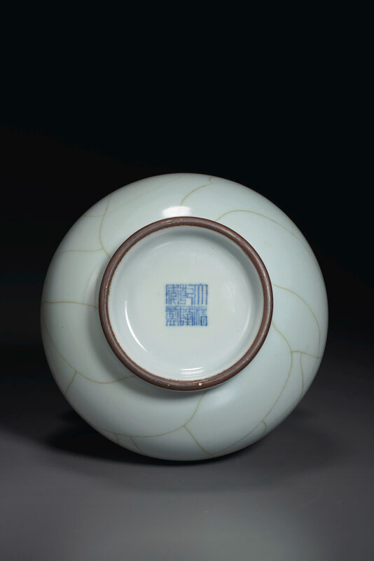 2020_NYR_19038_0818_004(a_guan-type_hu-form_vase_china_qing_dynasty_qianlong_six-character_sea024744)