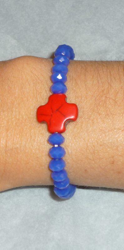 Bracelet 'Croix Howlite' rouge et Swarovski bleu klein