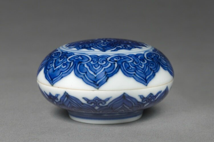 Round Covered Box with Medallions, 1522-1566, China, Jiangxi province, Jingdezhen kilns, Ming Dynasty (1368-1644), Jiajing mark and reign (1521-1566)