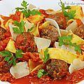 Pappardelles aux boulettes et à la sauce tomate pimentée