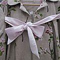 Manteau AGLAE en lin brut imprimé branches de cerisier noué d'un lien de lin rose pâle (2)