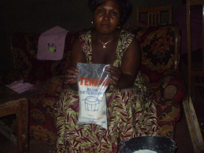 beneficiaire en production a la main du savon en poudre a baffousam au cameroun4