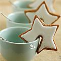 Je prépare mes tasses à café pour le repas de noël ... et les biscuits qui vont avec ...