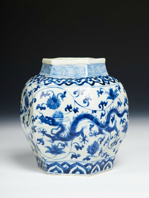 Chinese porcelain vase, Zhengde mark but from the Wanli (1573-1619) period, Ming dynasty. Photo courtesy Alberto Varela Santos