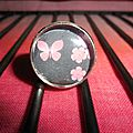 Support bague réglable argenté, cabochon en verre de 18 mm et image digitale : papillon et fleurs roses