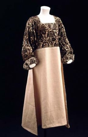 1575_embroidered_linen_smock