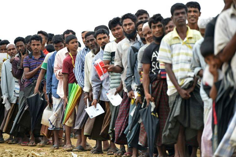 1066772-des-refugies-rohingyas-attendent-une-aide-alimentaire-au-camp-de-nayapara-le-21-octobre-2017-a-tekna