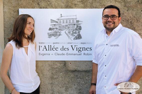 L_Allee_des_Vignes_Evgenia_et_Claude_Emmanuel_Robin_devant_le_panneau_bis