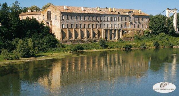 BELLEPERCHE_abbaye_cistercienne_au_bord_de_la_Garonne