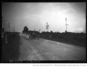 Boillot_sur_Peugeot__sur_une_route_de_campagne_____photographie_de_presse_____Agence_Rol__