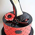 Un gâteau féminin pour l'anniversaire d'une jeune
