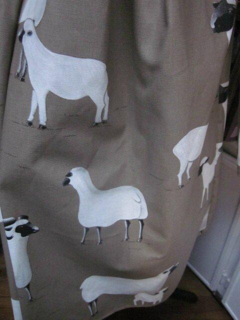 Ciré AGLAE en coton enduit beige imprimé moutons fermé par 2 pression dussimulés sous 2 boutons recouverts (7)