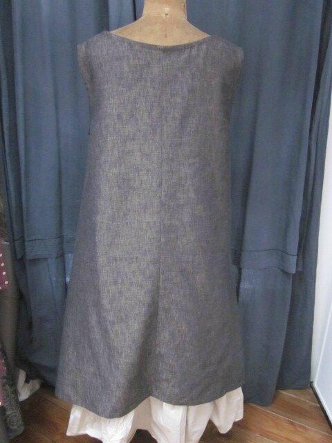 Robe EUPHRASIE en lin noir à trame beige - découpes carrées au bas, 2 poches dans les coutures de côté (1)