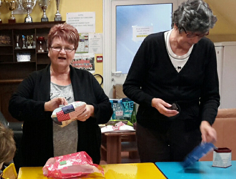 Anette et Françoise ouvrant leur cadeau