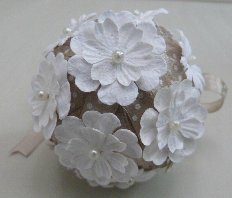 Boule Noël ruban beige fleurs papier (5)