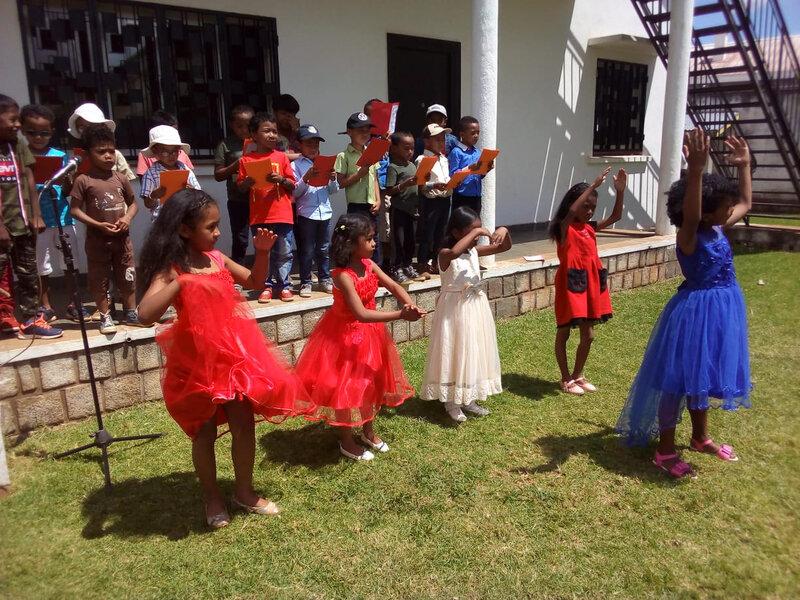 danse des filles pendant la chanson Le printemps