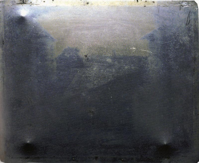 05. Nicéphore NIEPCE, Point de vue pris de la fenêtre, 1827 (Héliographie sur étain, 20,3x25,4).