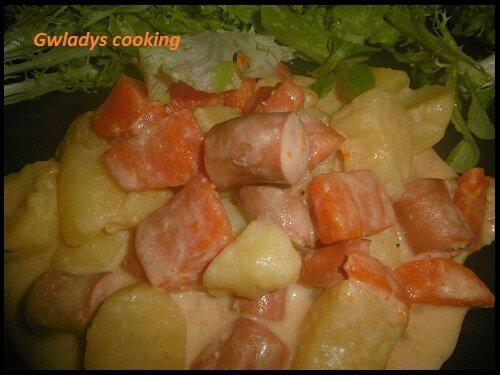 Pommes de terre, carottes et knackis sauce cheddar