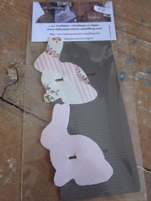 Carte de 2 pinces à cheveux LAPIN en coton, une écru à rayures et fleurs rose, l'autre rose