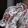 Robe Albane trapèze avec encolure et manches courtes froncées en coton écru à fleurs rouge et feuillage vert (4)