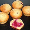 Muffins vanille coeur framboise (option : glaçage chocolat blanc pistache)