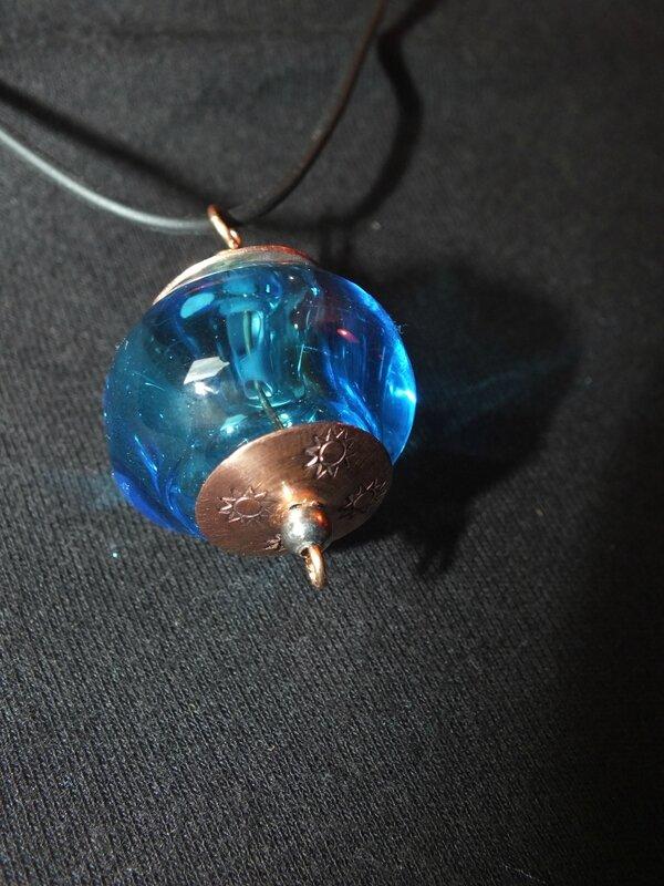 pendentif perle creuse au chalumeau, coupelles cuivre gravé (3)