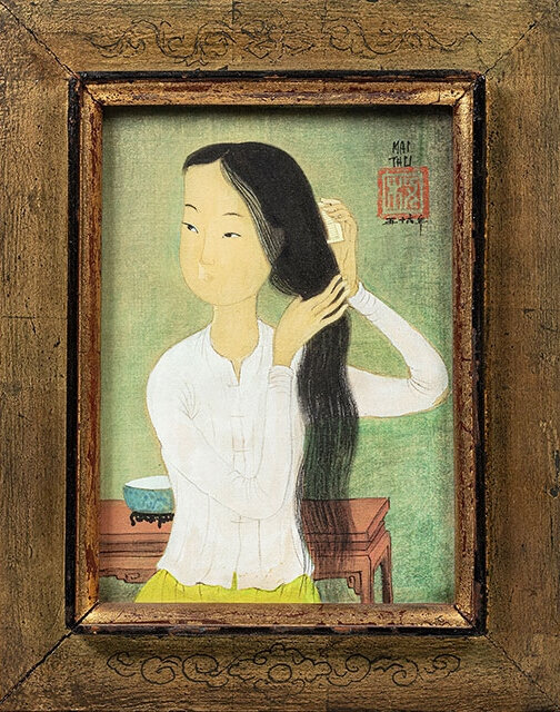 Mai Thu, Femme se coiffant. Ink and colours on silk. Signed and dated on right top. Original frame by the artist. H: 17 cm. L: 12 cm