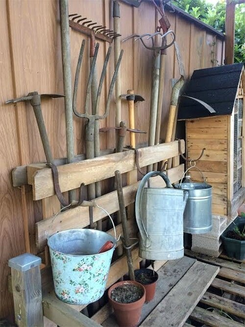Les outils de jardins rangés dans une palette